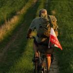 Polną drogą z polską flagą